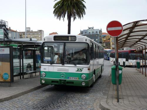 A la gare de bus de Porto, ce Mercedes O305 de la ligne 15 qui relie Porto à Paniceiro embarque ses passagers.