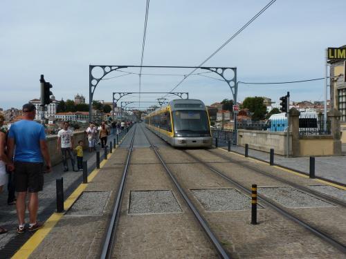 Bombardier Flexity Outlook - Eurotram passant sur le pont Dom-Luís
