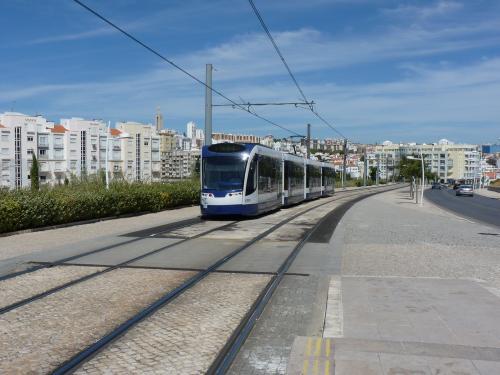 01/09/2012 - foto tram Siemens Avenio C018 MTS - Metro Transportes do Sul op lijn 1 in Almada - Portugal