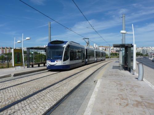 La motrice C010 sur la ligne 2 en direction de Corroios à l'arrêt Parque da Paz.