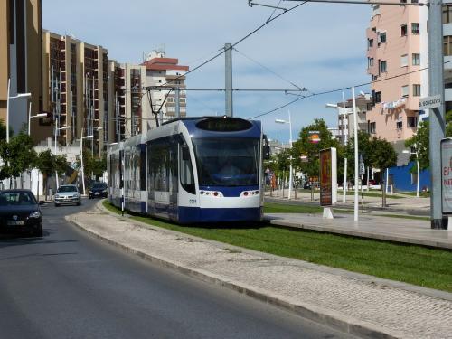 La motrice C001 sur la ligne 1 à l'arrêt Bento Gonçalves.