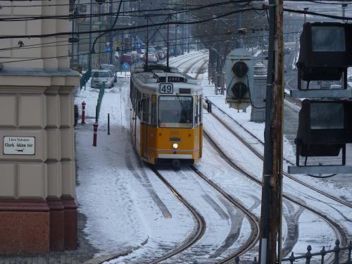 11/02/2013 - photo tram Ganz csuklós villamos 1450 BKV - Budapesti Közlekedési Zártkörűen Működő Részvénytársaság sur la ligne 49 à Budapest - Hongrie