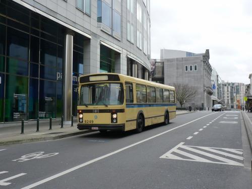 Le bus 8249 prend la pose devant le parlement européen