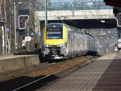 09/03/2014 - foto trein Siemens Desiro 08043 SNCB-NMBS in Eigenbrakel - Belgïe
