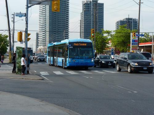 12/06/2014 - photo bus Novabus LFX 1090 Viva on route Blue in Toronto - Canada