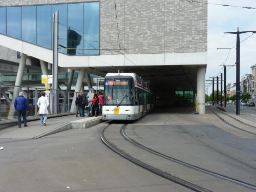 A la gare de Gand Saint-Pierre, la motrice 6327 assure un service sur la ligne 1 en direction de Evergem