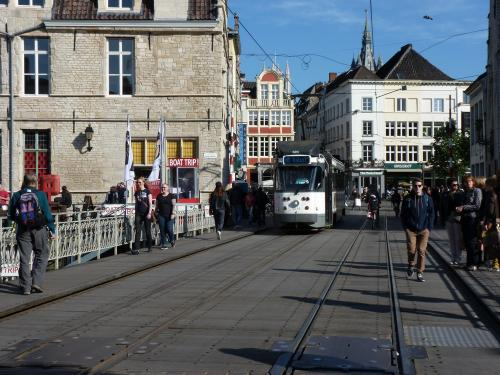 Toujours la ligne 24, mais cette fois la PCC 6214, sur le pont de la Kleine Vismarkt, qui enjambe la Lys<