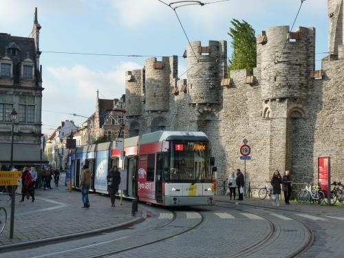 11/11/2016 - foto tram HermeLijn 6301 De Lijn op lijn 1 in Gent - Belgïe