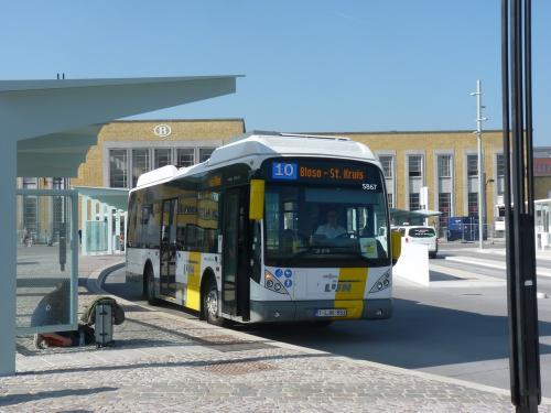 09/04/2017 - photo bus Van Hool NewA309Hyb 5867 De Lijn sur la ligne 10 à Bruges - Belgique