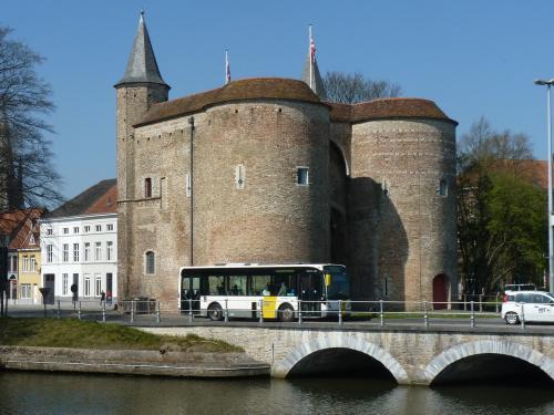 09/04/2017 - photo bus Van Hool NewA308 4252 De Lijn sur la ligne 1 à Bruges - Belgique