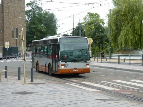 27/07/2017 - photo bus Van Hool A308 8016 STIB-MIVB sur la ligne 70 à Bruxelles - Belgique