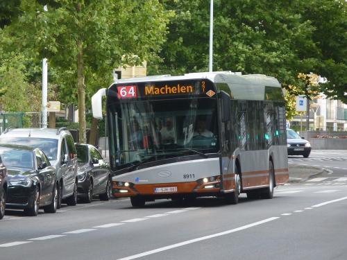 Le 8911, l'Urbino en direction de Machelen, Chaussée d'Etterbeek, à proximité de la station Maelbeek