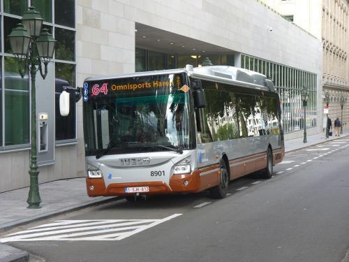 Le 8901, l'Urbanway au terminus de la ligne 64 à la Porte de Namur