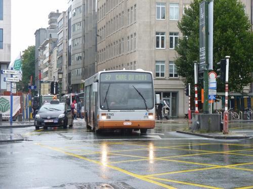 08/09/2017 - photo bus Van Hool A300 8795 STIB-MIVB sur la ligne 27 à Bruxelles - Belgique