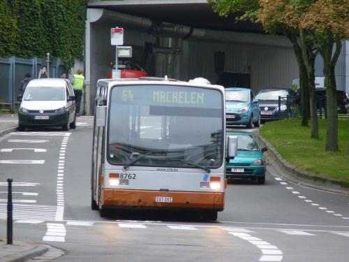12/09/2017 - photo bus Van Hool A300 8762 STIB-MIVB sur la ligne 64 à Bruxelles - Belgique