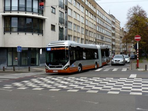 Cette fois, le 8981 s'apprête à prendre l'avenue Rogier en direction de de Brouckère