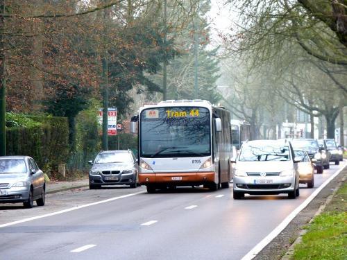 02/12/2017 - photo bus Van Hool NewA330 8195 STIB-MIVB sur la ligne 44 à Bruxelles - Belgique