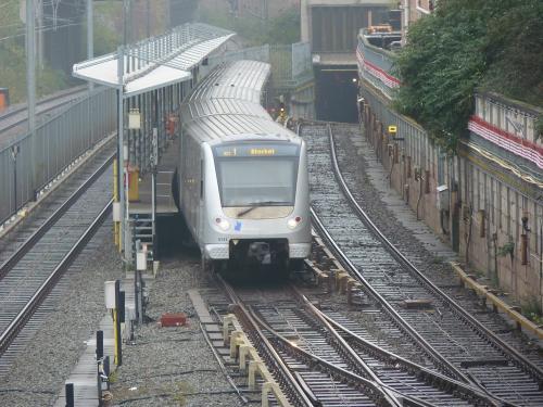 03/12/2017 - photo métro 613 STIB-MIVB sur la ligne 1 à Bruxelles - Belgique