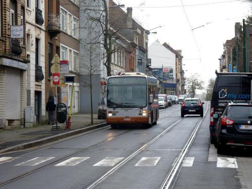 30/12/2017 - photo bus Van Hool A308 8009 STIB-MIVB sur la ligne 52 à Bruxelles - Belgique