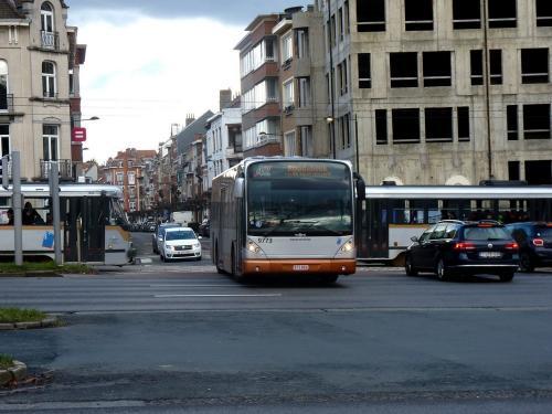 11/02/2018 - photo bus Van Hool NewA330 9773 STIB-MIVB sur la ligne 42 à Bruxelles - Belgique