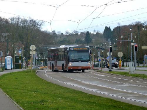 11/02/2018 - photo bus Van Hool NewA330 9787 STIB-MIVB sur la ligne 42 à Bruxelles - Belgique