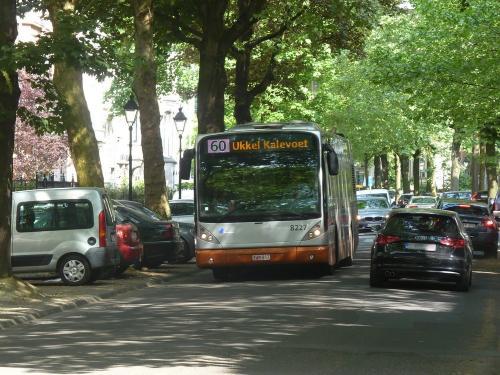 11/05/2018 - photo bus Van Hool NewA330 8227 STIB-MIVB sur la ligne 60 à Bruxelles - Belgique
