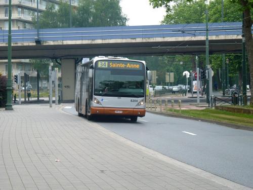 09/06/2018 - photo bus Van Hool NewA330 8204 STIB-MIVB sur la ligne 34 à Bruxelles - Belgique