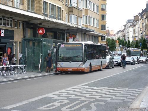 11/07/2018 - photo bus Van Hool NewA330 8223 STIB-MIVB sur la ligne 60 à Bruxelles - Belgique