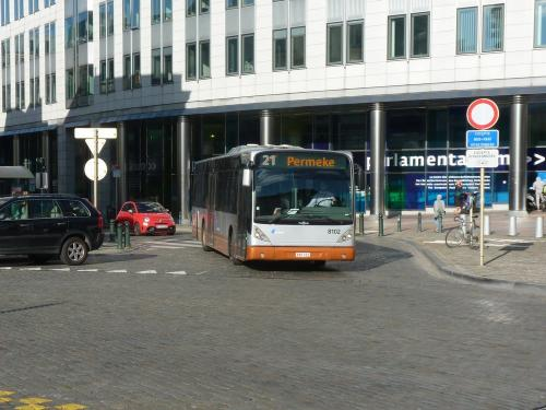 07/09/2018 - photo bus Van Hool NewA330 8102 STIB-MIVB sur la ligne 21 à Bruxelles - Belgique