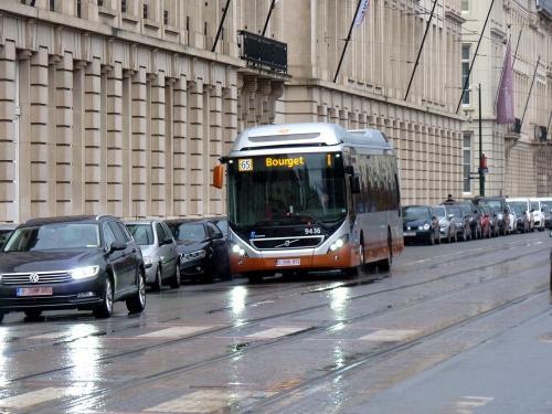 03/12/2018 - photo bus Volvo 7900 Hybrid 9436 STIB-MIVB sur la ligne 65 à Bruxelles - Belgique