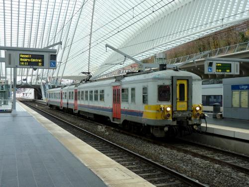 02/12/2018 - photo train 663 SNCB-NMBS sur la ligne S42 à Liège - Belgique