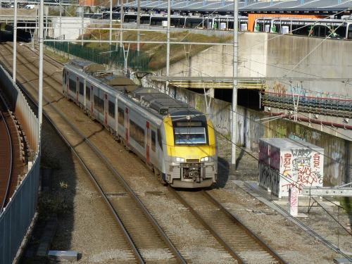29/11/2018 - photo train Siemens Desiro 08163 SNCB-NMBS sur la ligne S10 à Bruxelles - Belgique
