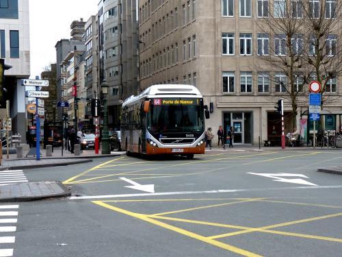03/03/2019 - photo bus Volvo 7900 Hybrid 9406 STIB-MIVB sur la ligne 64 à Bruxelles - Belgique