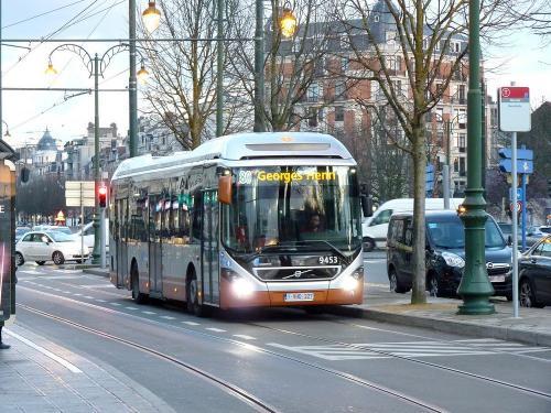 11/03/2019 - photo bus Volvo 7900 Hybrid 9453 STIB-MIVB sur la ligne 80 à Bruxelles - Belgique